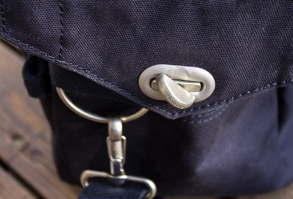 The top of the bag fastens with a quick-swivel that prevents the bag from opening on its own. The water bottle pocket is handily located just behind the lock.