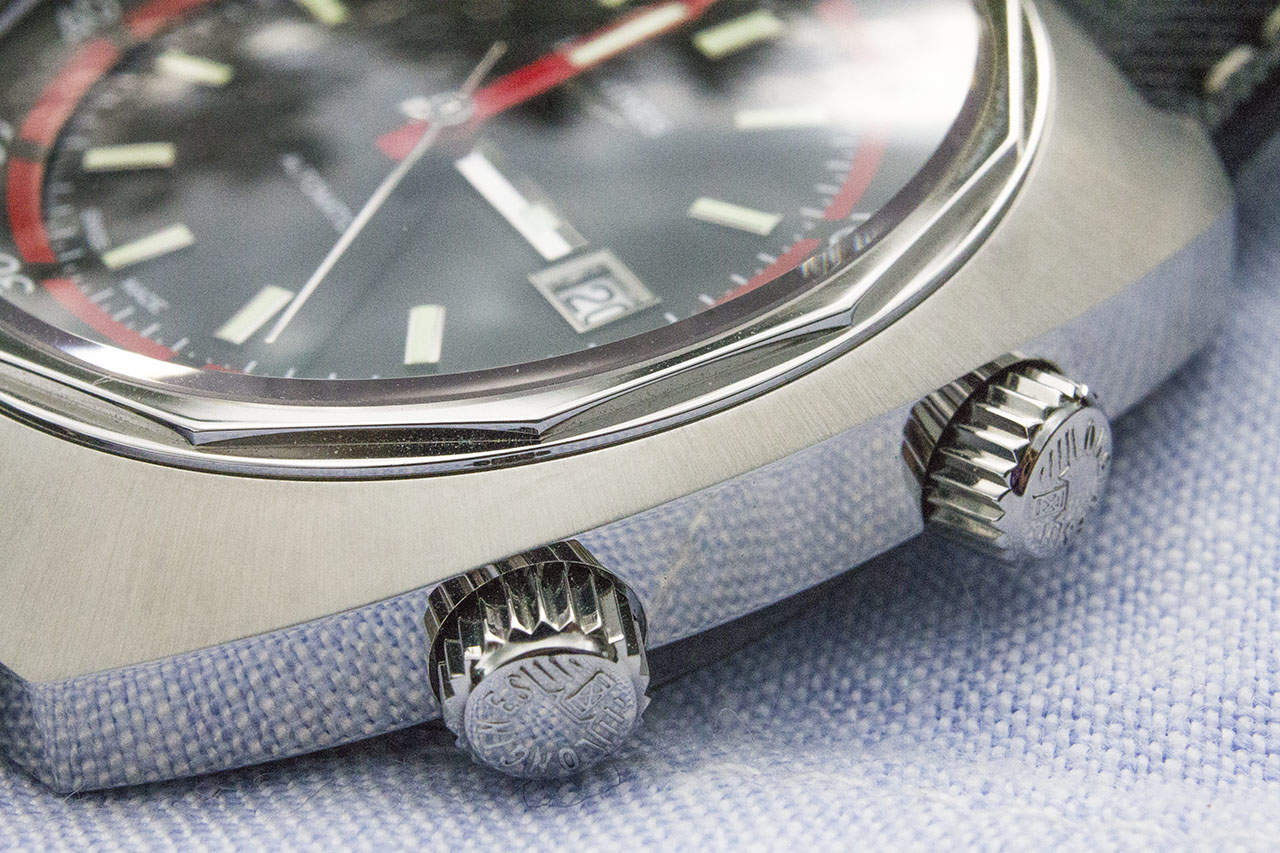The top crown (to the right) is used to turn the bezel, while the lower crown adjusts the time and date, as usual.